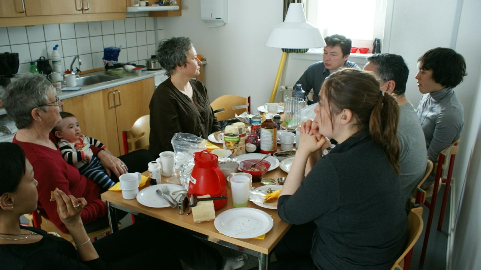 2009-02-15-2146_Hele familien i Tasiilaq_Qupanuk Eugenius Labansen; Søren Labansen