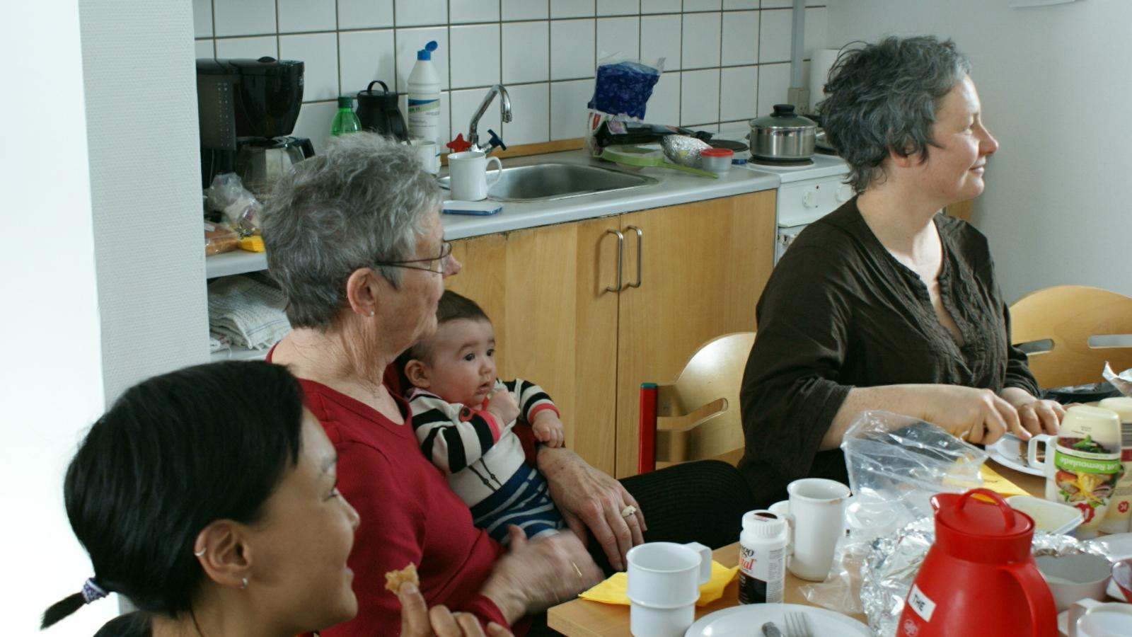 2009-02-15-2147_Hele familien i Tasiilaq_Qupanuk Eugenius Labansen
