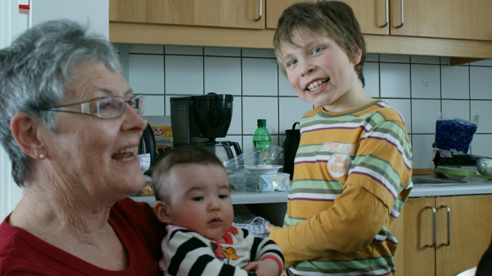 2009-02-15-2150_Hele familien i Tasiilaq_Qupanuk Eugenius Labansen; Rumle Labansen