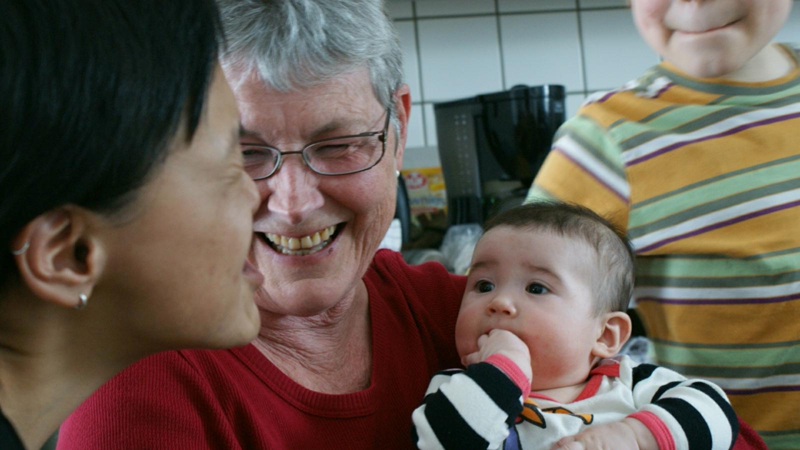 2009-02-15-2150_Hele familien i Tasiilaq_Qupanuk Eugenius Labansen_3