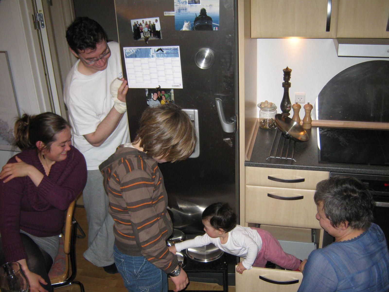 2009-10-31-1946_Jesper Eugenius Labansen; Maritha Eugenius Labansen; Mette Labansen; Qupanuk Eugenius Labansen; Rum
