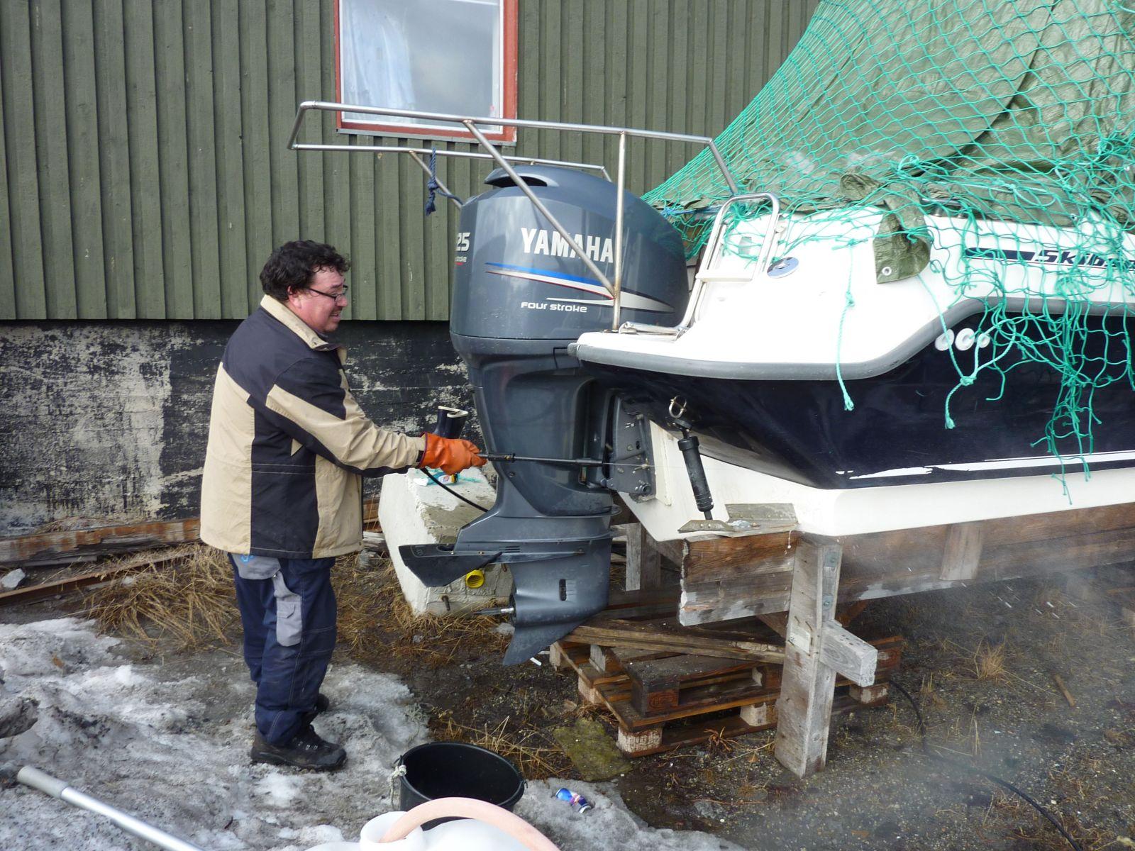 2010-04-03-1508_Bådklargøring - Alu og Braj_Bådklargøring; Gunnar _Alu_ Petrussen