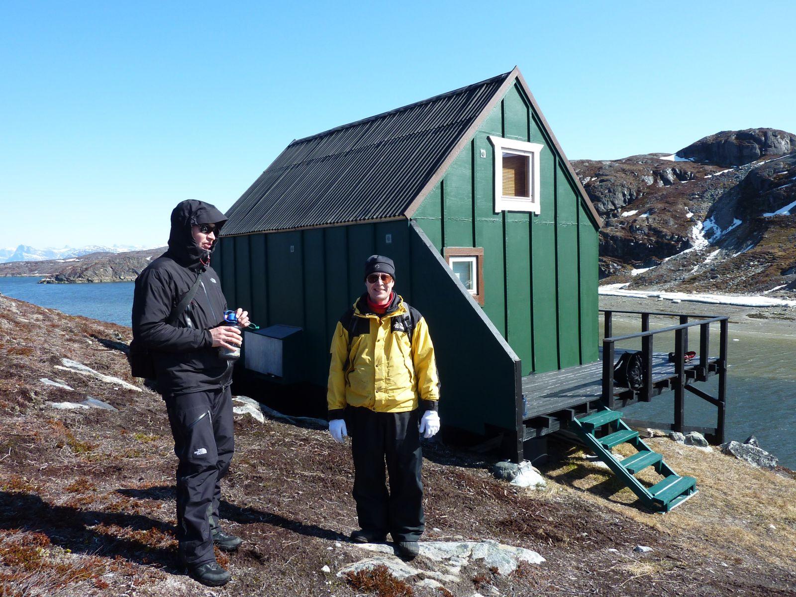 Jesper og Bruno ved hytten i Kanasut