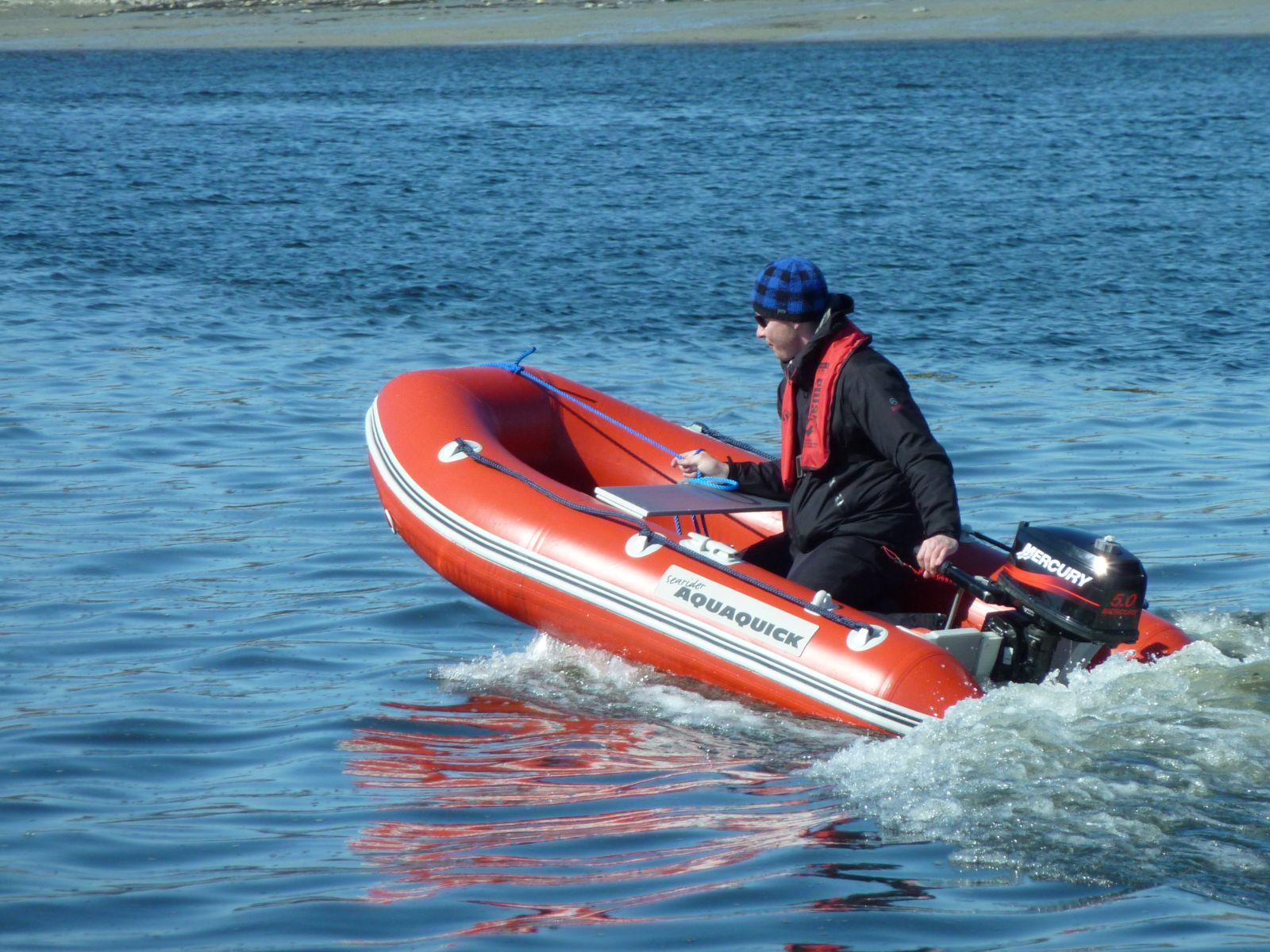 2010-05-13-1535_Jesper tager 1. tur med gummibåden alene_Gummibåd; Jesper Eugenius Labansen; Jesper Labansen; Maritha Eugenius Labansen; Nuuk; Panorama; Saa_2