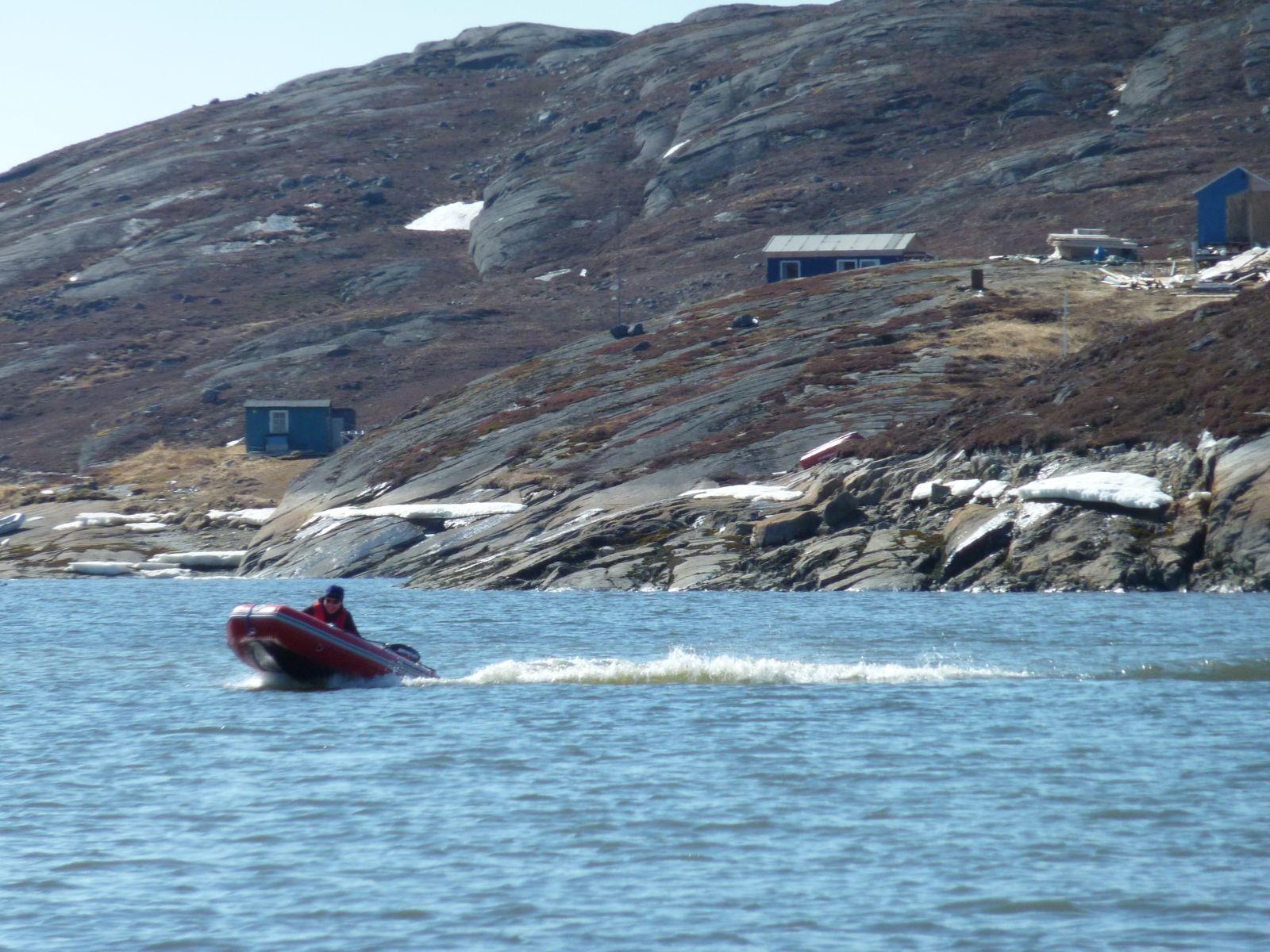 2010-05-13-1536_Jesper tager 1. tur med gummibåden alene_Gummibåd; Jesper Eugenius Labansen; Jesper Labansen; Maritha Eugenius Labansen; Nuuk; Panorama; Saa