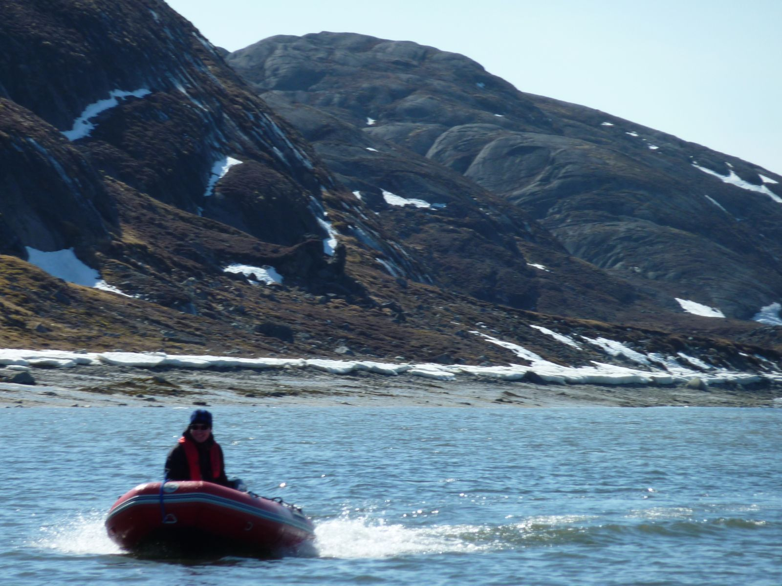 2010-05-13-1536_Jesper tager 1. tur med gummibåden alene_Gummibåd; Jesper Eugenius Labansen