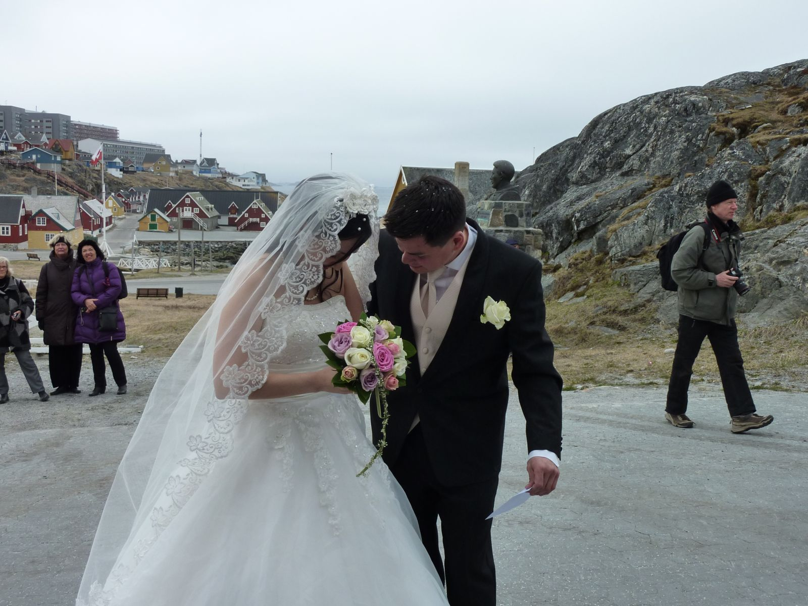 Niels Erik Kristiansen og Ulla's bryllup udenfor kirken