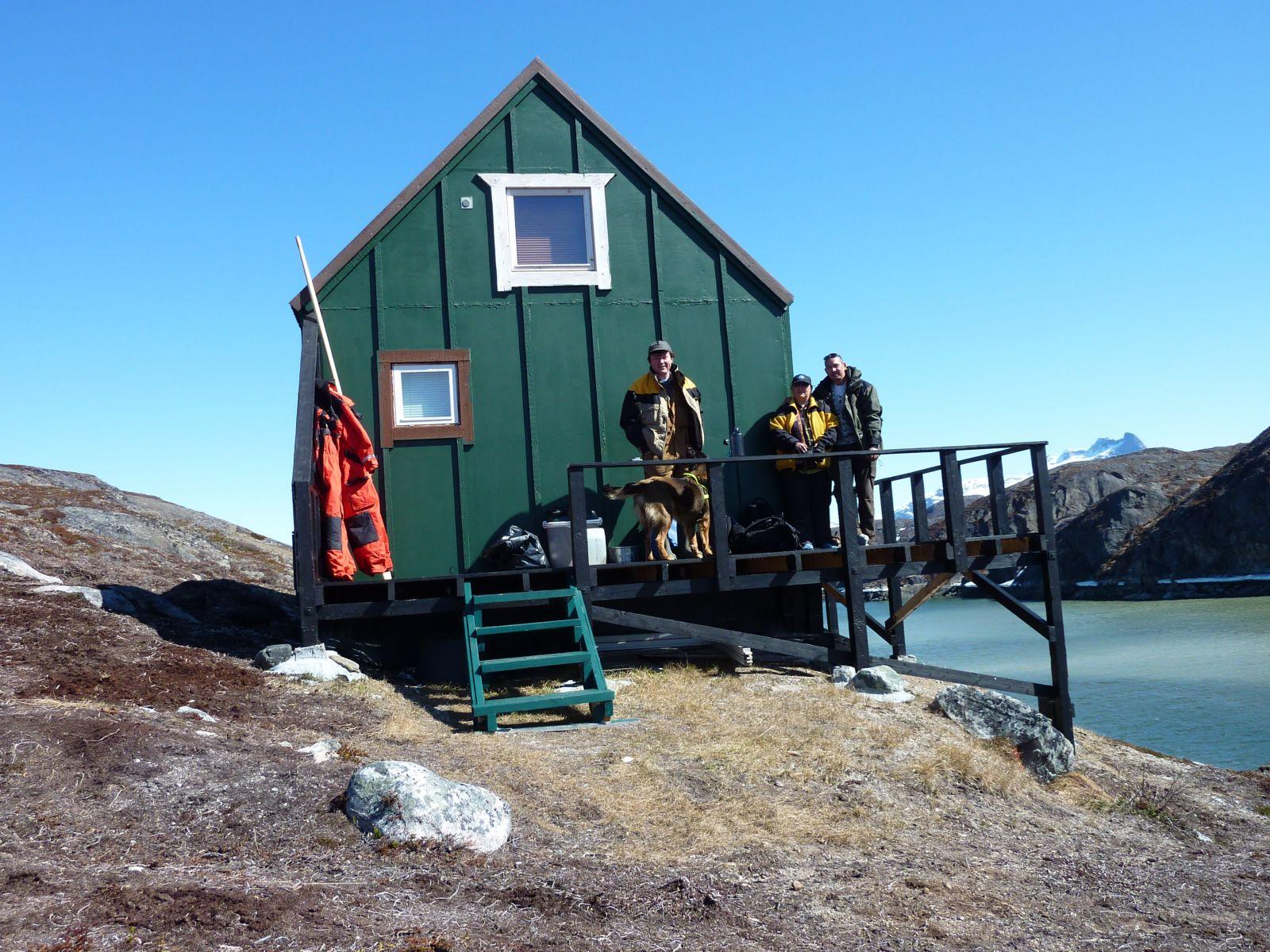 Maren, Palle, Maren og Djanco ved hytten i Kanasut