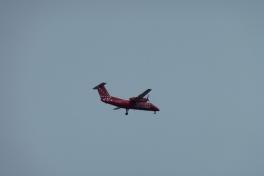En Dash8 ligger an til landing i Nuuk