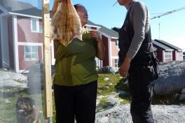 2010-08-12-1732_-_Maren Mikkelsen Lennert; Palle Hjort Sandgreen; Tørfisk; Tørrekasse