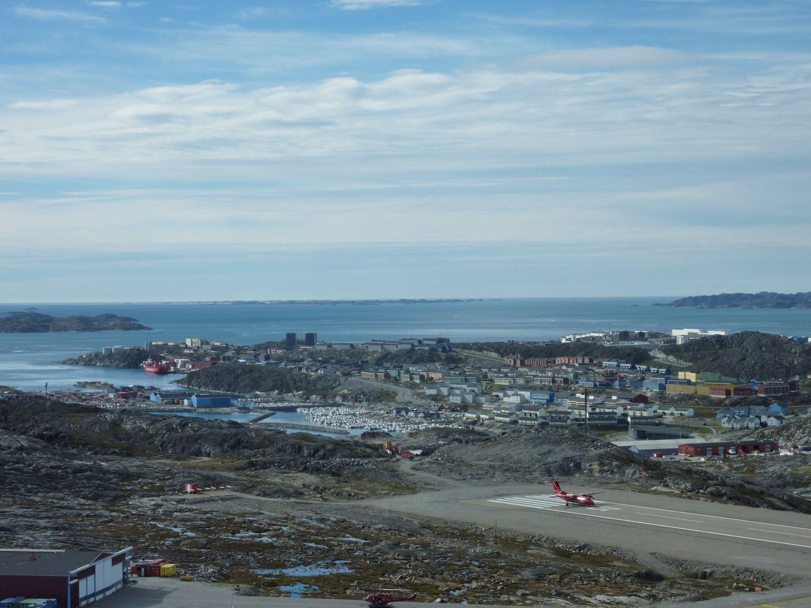 2010-09-02-1256_-_Dash8; Havn; Iggia; Nuuk Imeq; Ral-skib
