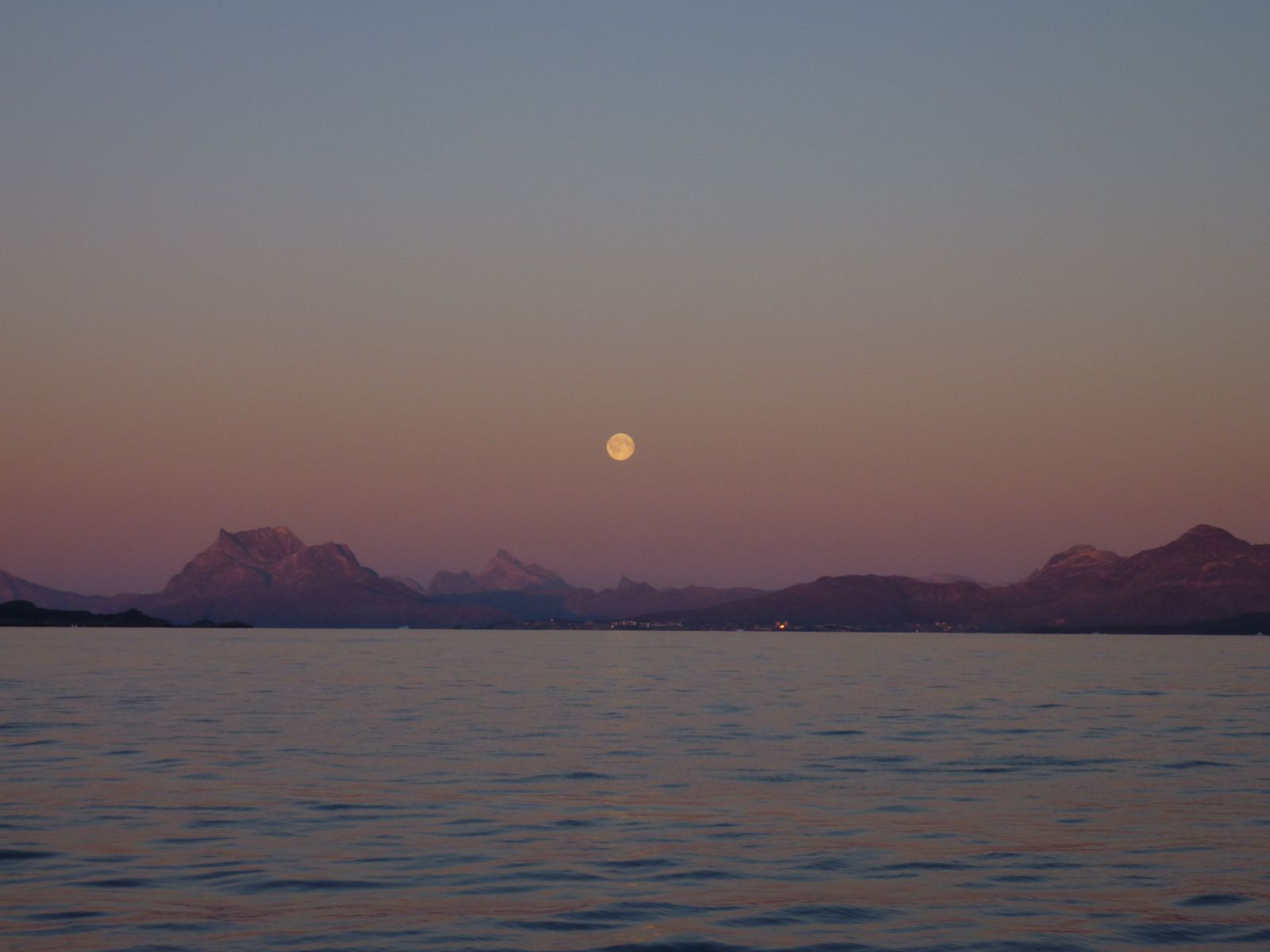 2010-10-23-1736_-_Månen; Sermitsiaq_4