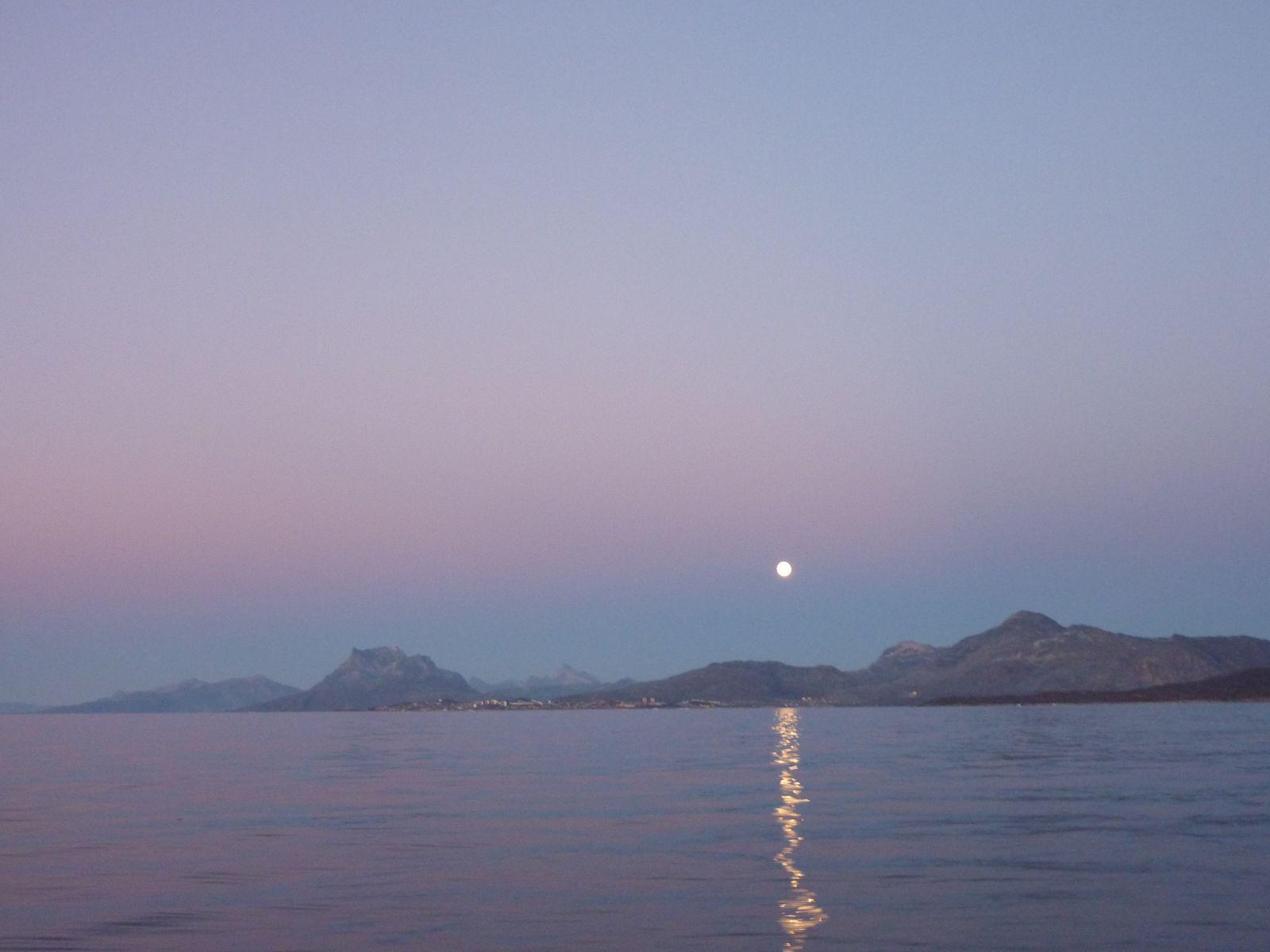 2010-10-23-1800_-_Månen; Sermitsiaq