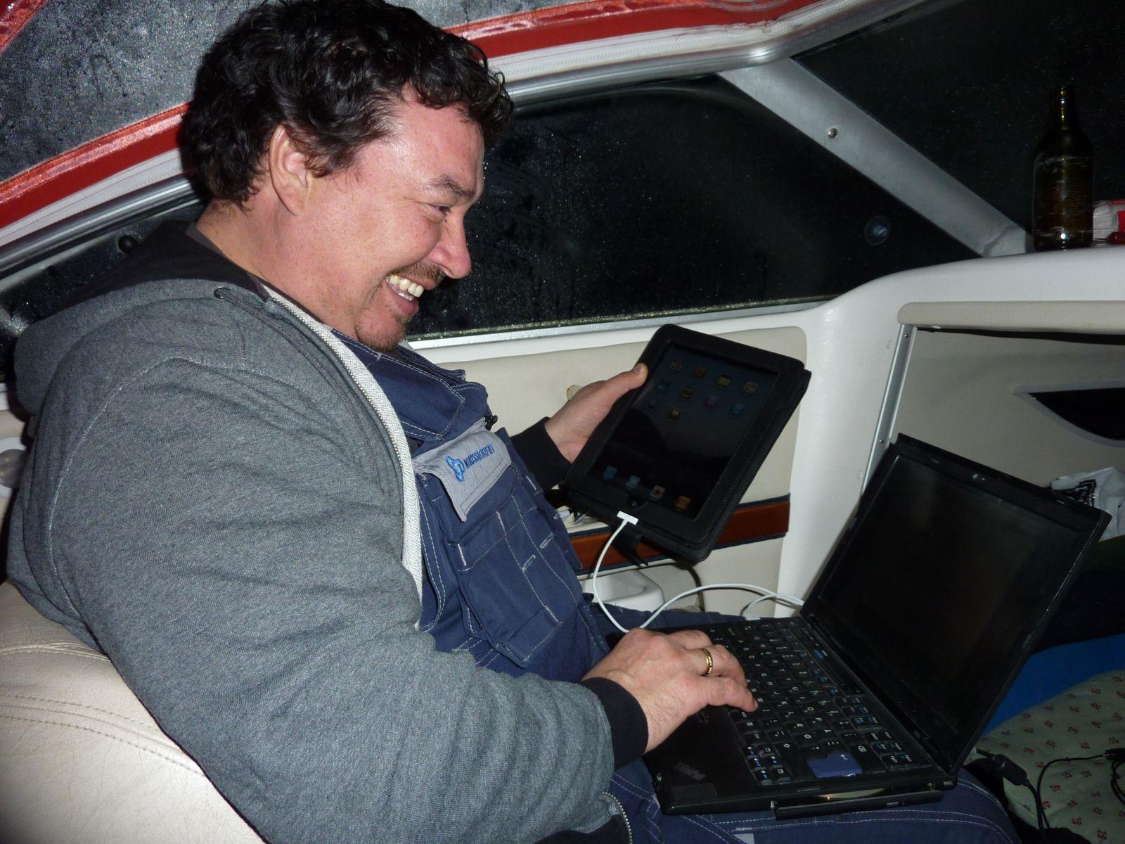 2010-10-28-2201_Alu checker sin Ipad i båden_Gunnar _Alu_ Petrussen