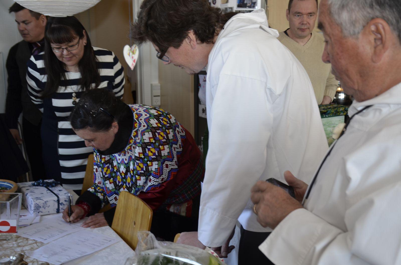 Vielsespapirer underskrives og overdrages