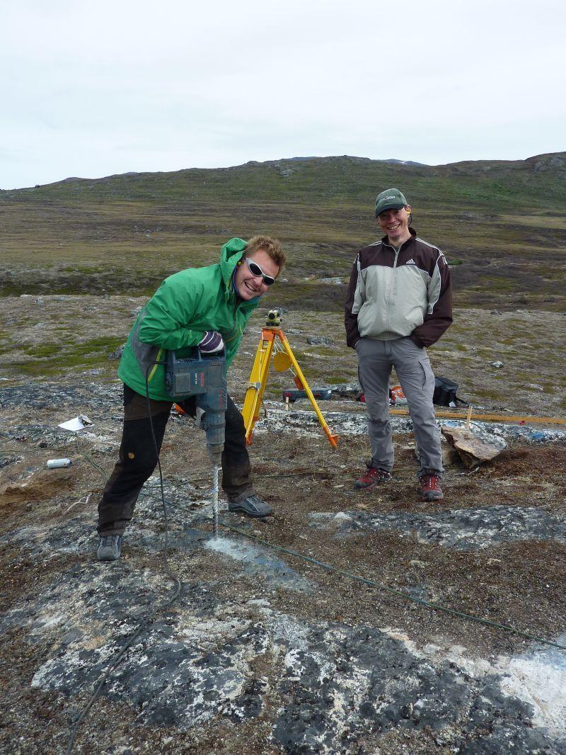Vi borer huller til John og Nuka's nye hyttes fundament.