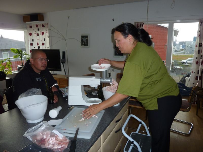 Maren bruger eskimoforlænger til at hakke fedt til leverpostej