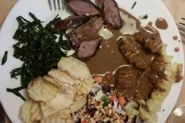 Rensdyrsteg med hasselbagte kartofler, salat, chips og tang