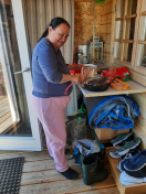 Weekend i Mari og Jonathans hytte i Qoorqut. Maren laver rensdyrsteg